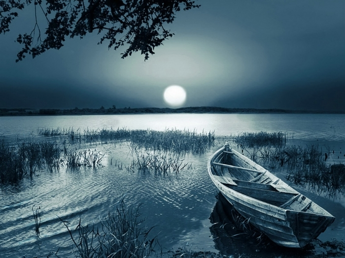 Con thuyền và vầng trăng